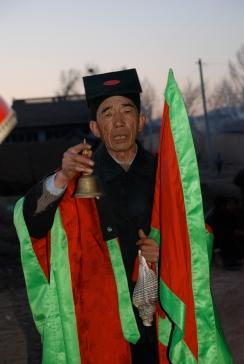 Li Manshan performs the Invitation, 2009 (photo: Chen Yu).