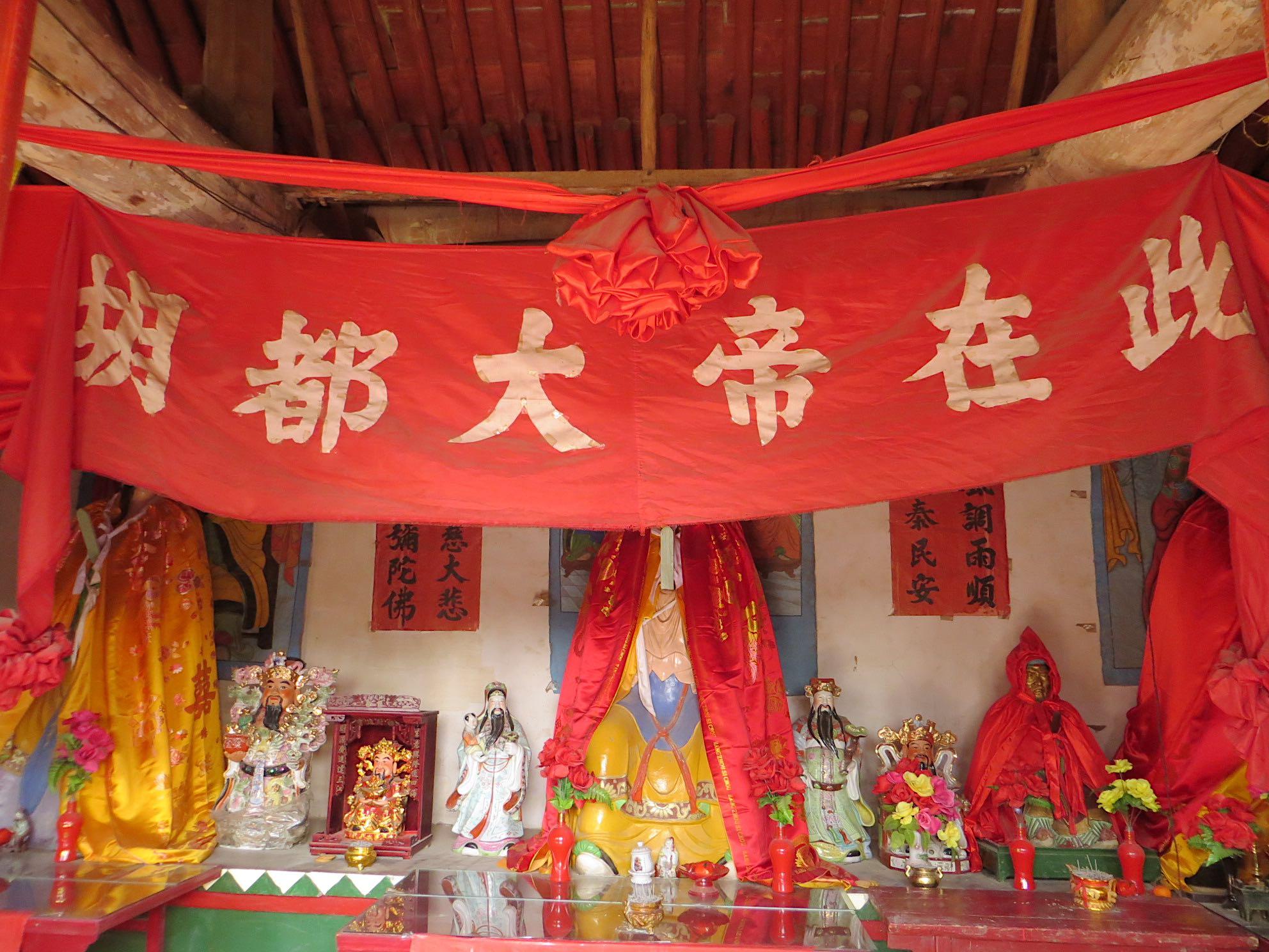Hutu statues